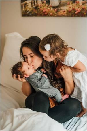 Como Trabajar desde Casa. Mama y Hermanita besando a Bebe